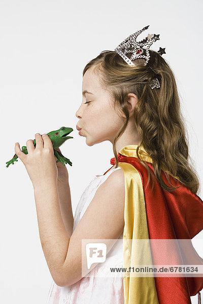 Studioaufnahme  küssen  Kleidung  Prinzessin  Frosch  5-9 Jahre  5 bis 9 Jahre  Mädchen