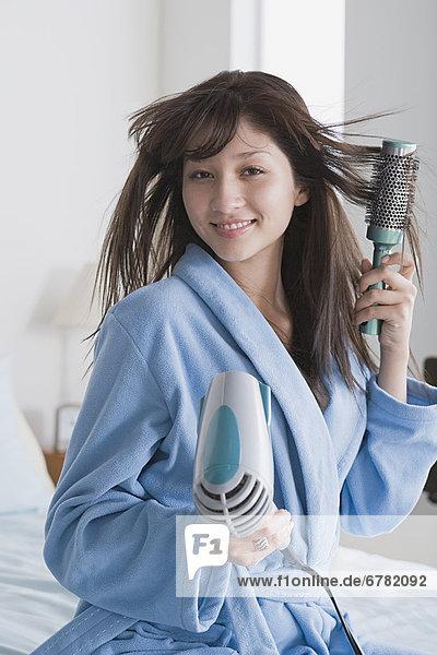 Junge Frau trocknen Haare