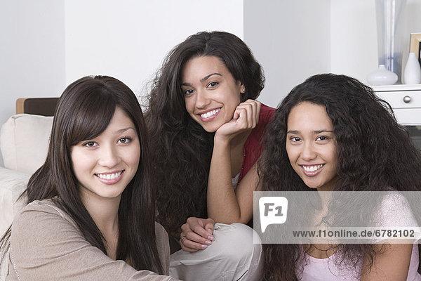 Drei junge Frauen lachen fröhlich