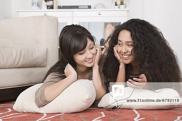 Zusammenhalt  Frau  zuhören  jung  MP3-Player  MP3 Spieler  MP3 Player  MP3-Spieler