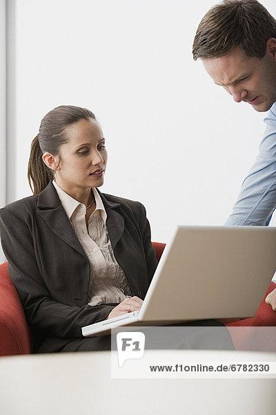 Mensch  zwei Personen  Notebook  Büro  Menschen  2  Business