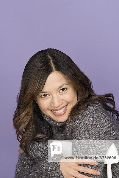 Studioaufnahme  Portrait  Frau  lächeln  lila  Hintergrund