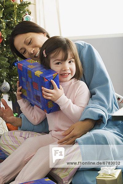 Morgen  Weihnachten  Tochter  10-11 Jahre  10 bis 11 Jahre  Mutter - Mensch