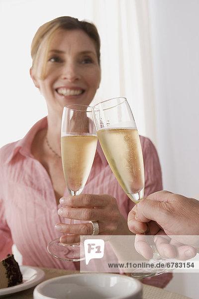 Frau  Glas  zuprosten  anstoßen  Champagner