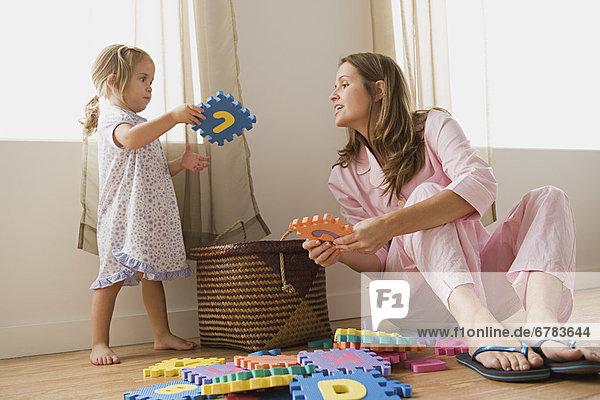 Mutter spielen mit Tochter