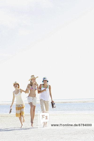 Frau  gehen  Strand  jung