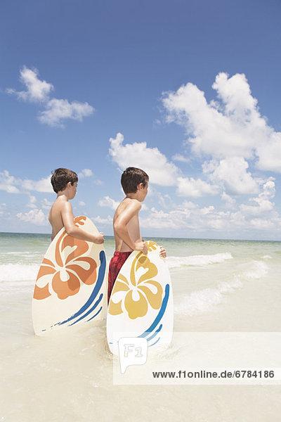 Junge - Person Ozean halten