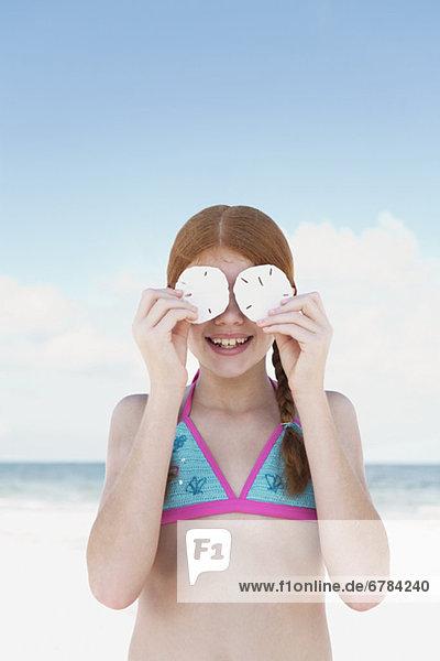 Strand  über  halten  Sand  Dollar  Mädchen