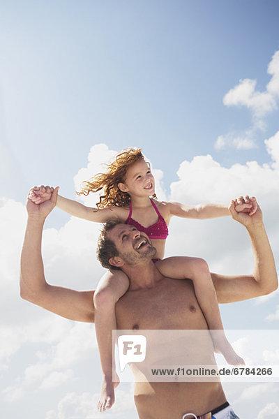 tragen  Menschlicher Vater  Menschliche Schulter  Schultern  Tochter