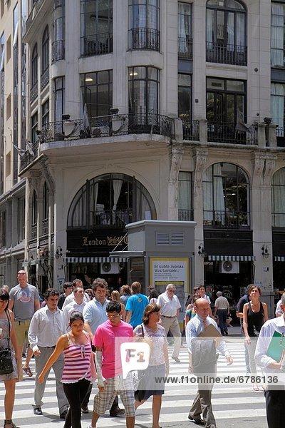 Buenos Aires  Hauptstadt  Ecke  Ecken  Städtisches Motiv  Städtische Motive  Straßenszene  Straßenszene  überqueren  Jugendlicher  Frau  Mann  Junge - Person  Hispanier  beschäftigt  Argentinien  Avenida de Mayo  bevölkert  Innenstadt