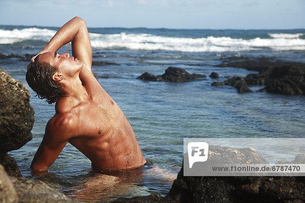 Hawaii  Oahu  passen Young männlich einen warmen Tag in ein kammille genießen.