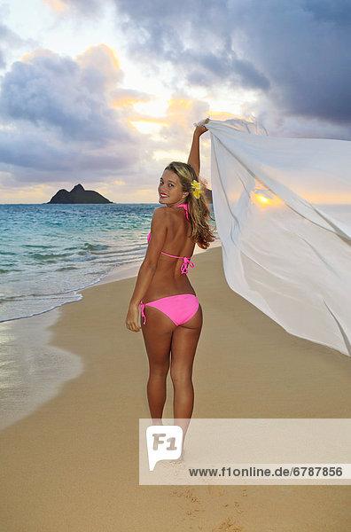 blond  Frau  gehen  Strand  Sonnenaufgang  halten  schlank  Stoff  jung  vorwärts  Hawaii  Oahu