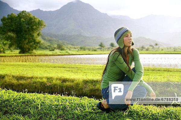 Hawaii  Kauai  Hanalei  schöne Mode Modell 0n eine grasbedeckte Feld.