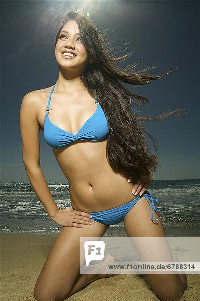 Hawaii  Kauai  Kealia Beach  attraktive junge Frau am Strand.