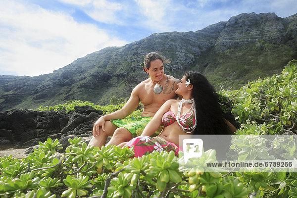 Hawaii  Oahu  Makapuu  männlich und weiblich Hula Tänzern sitzen am Ufer