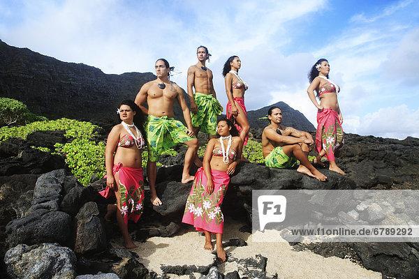 Hawaii  Oahu  Gruppe von Tahiti männlichen und weiblichen Tänzer posieren.