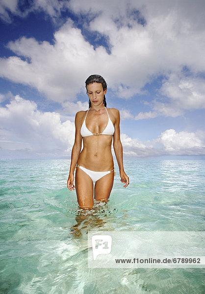 Französisch-Polynesien  Tahiti  Bora Bora  Frau zu Fuß in den Ozean.