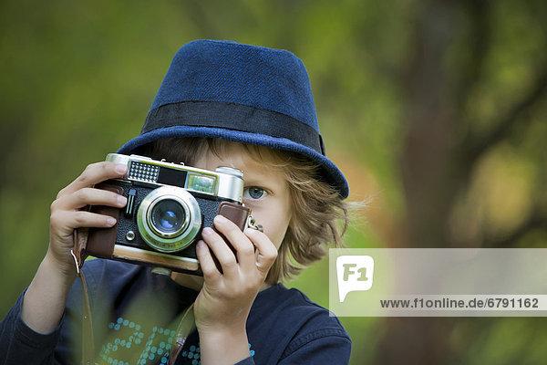 Junge  5 Jahre  mit alter Kamera