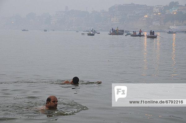 Indische Schwimmer in der Morgendämmerung am Ganges  Varanasi  Uttar Pradesh  Indien  Asien