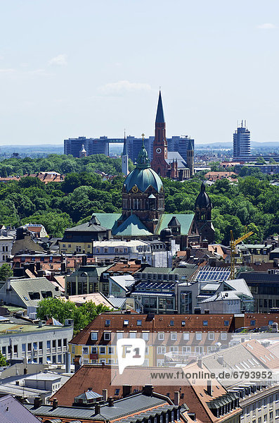 Blick vom Alten Peter über die Dächer von München auf die Kirche Sankt Lukas  Mariahilf Kirche und einen Gebäudekomplex  Bayern  Deutschland  Europa
