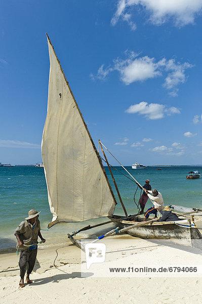 'Vorbereitungen zur Regatta der ''Ngalawa'' Auslegerboote am Strand von Stone Town  Sansibar  Tansania  Afrika'