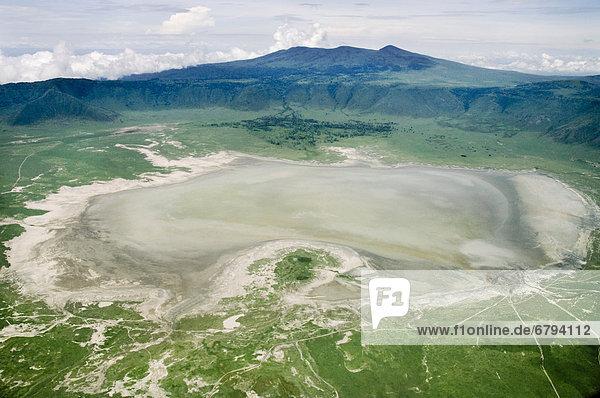 Ngorongoro Krater und Lake Magadi während der Regenzeit  Luftaufnahme  Arusha Region  Tansania  Afrika
