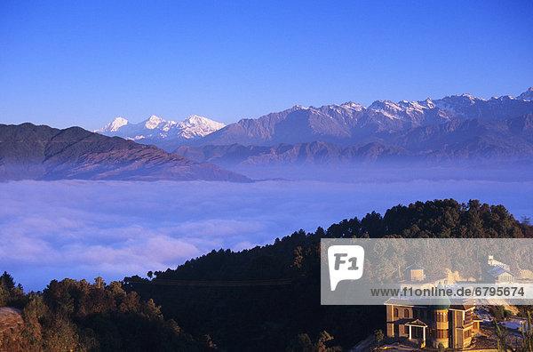 entfernt Wolke Hügel Hintergrund Lodge Landhaus Ansicht Mittelpunkt Himalaya Distanz Linie Nepal