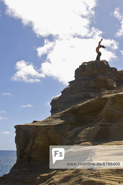 Frau  Ozean  Steilküste  jung  Yoga  Hawaii  Oahu