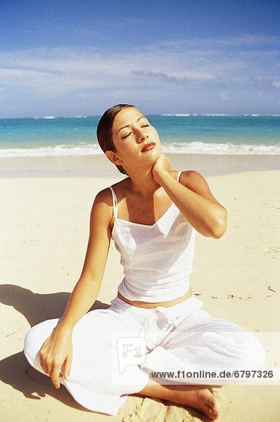 Frau  Strand  weiß  Meditation  jung  geschlossene Augen