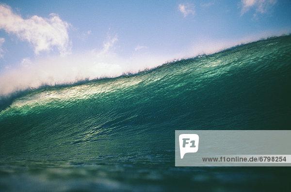 blauer Himmel wolkenloser Himmel wolkenlos Gegenlicht durchsichtig transparent transparente transparentes türkis Kopfbedeckung Wasserwelle Welle