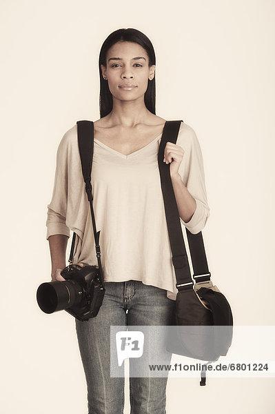 Portrait  Frau  tragen  Tasche  Studioaufnahme
