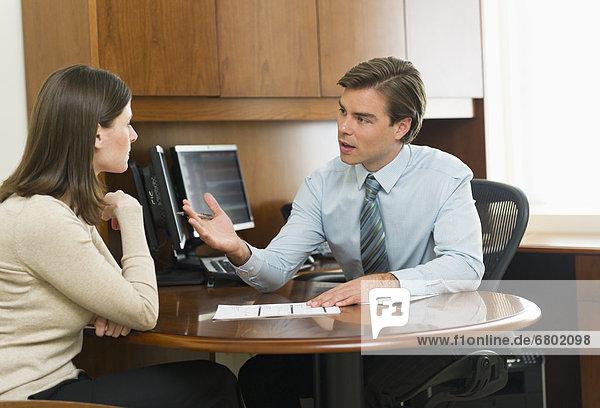 sprechen  Geschäftsmann  Büro  Kunde