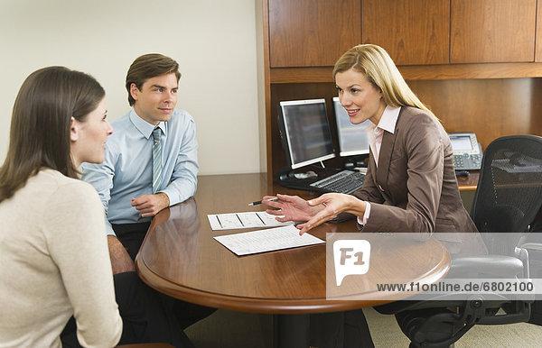Geschäftsfrau  sprechen  Büro  Kunde