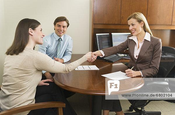 Geschäftsfrau  Büro  Kunde  schütteln