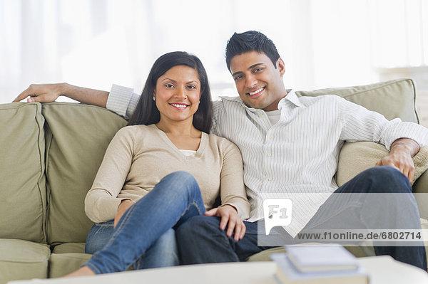 Paar entspannt auf dem Sofa