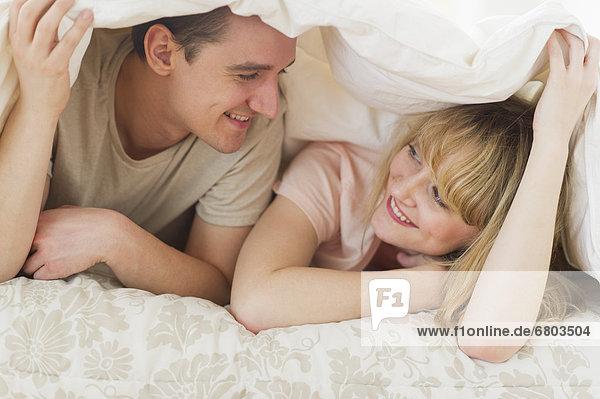 liegend  liegen  liegt  liegendes  liegender  liegende  daliegen  unterhalb  Bett  Bettdecke