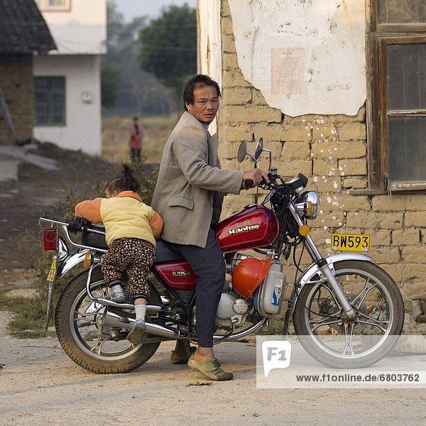 Mann  Motorrad  bekommen