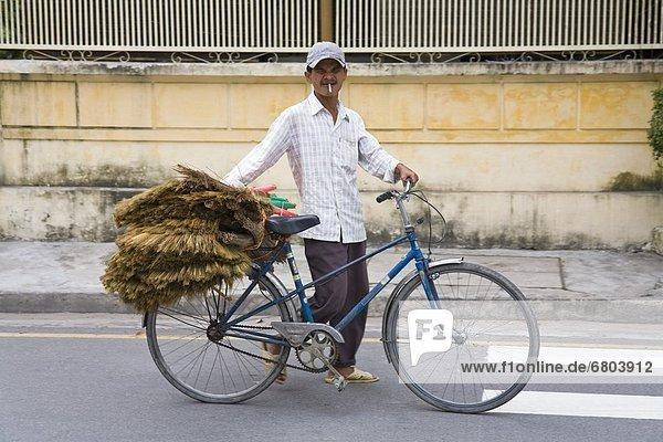 stehend  Mann  Straße  Fahrrad  Rad
