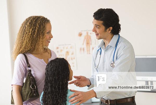 Besuch  Treffen  trifft  Tochter  Kinderarzt  12-13 Jahre  12 bis 13 Jahre  Mutter - Mensch