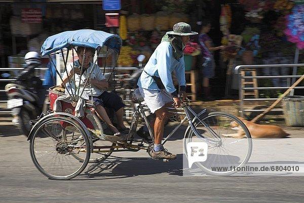 Frau  Mann  Transport  Dreirad