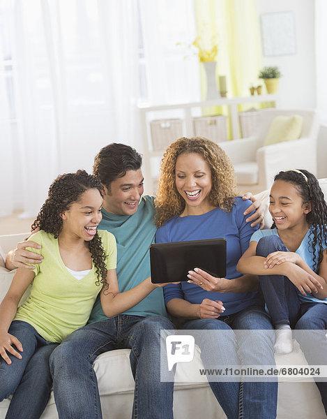 benutzen  Computer  Menschliche Eltern  Tochter  10-13 Jahre  10 bis 13 Jahre  Tablet PC