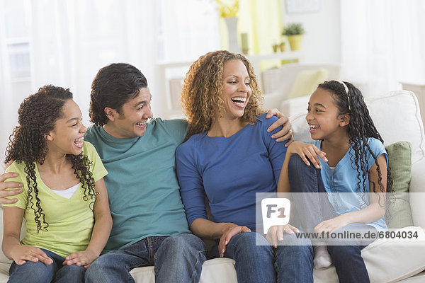 sitzend  Portrait  Couch  Menschliche Eltern  Tochter  10-13 Jahre  10 bis 13 Jahre