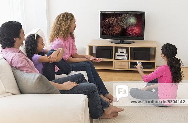 sehen  Menschliche Eltern  Fernsehen  Tochter  10-13 Jahre  10 bis 13 Jahre