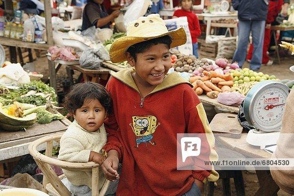 Lima  Hauptstadt  Junge - Person  jung  Baby  Marktplatz  Peru