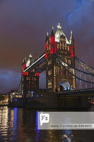 Großbritannien  England  London  Tower Bridge bei Nacht