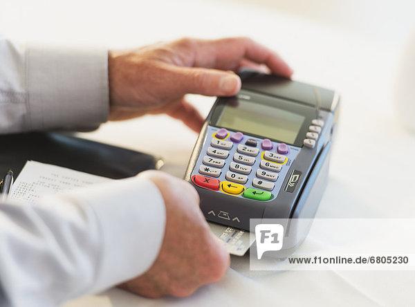 Mann  Maschine  Kredit  einsetzen  Kreditkarte  Karte