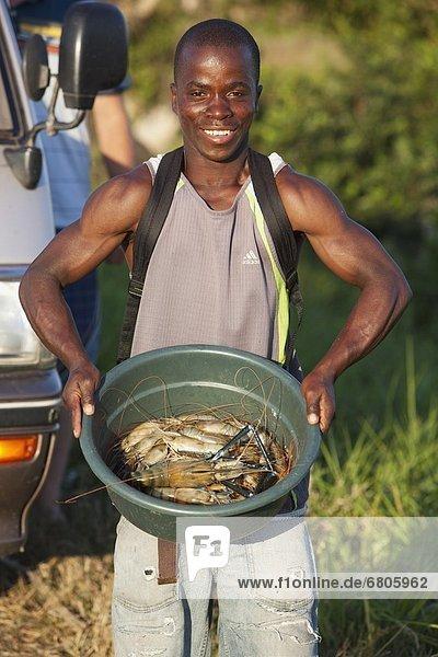 Mann  halten  Trinkwasser  Wasser  Afrika  Mosambik  Garnele