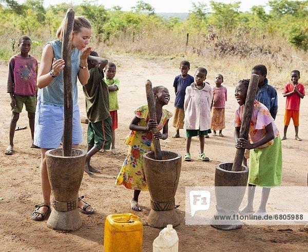 Mais  Zuckermais  Kukuruz  Frau  jung  Afrika  Mehl  Mosambik