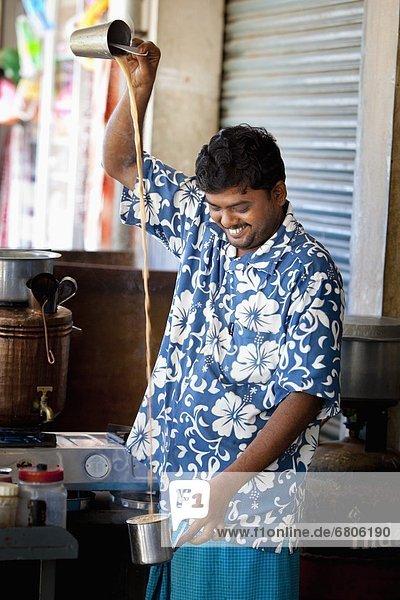 hoch  oben  Mann  eingießen  einschenken  Getränk  1  Container  Indien  Tamil Nadu