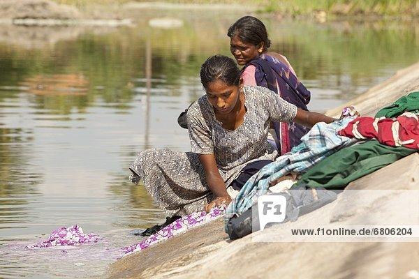 Wasser  Frau  Kleidung  waschen  Fluss  2  Indien  Tamil Nadu